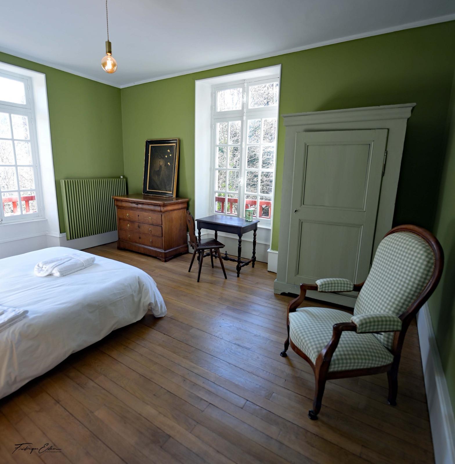 Chambre avec un lit et une chaise