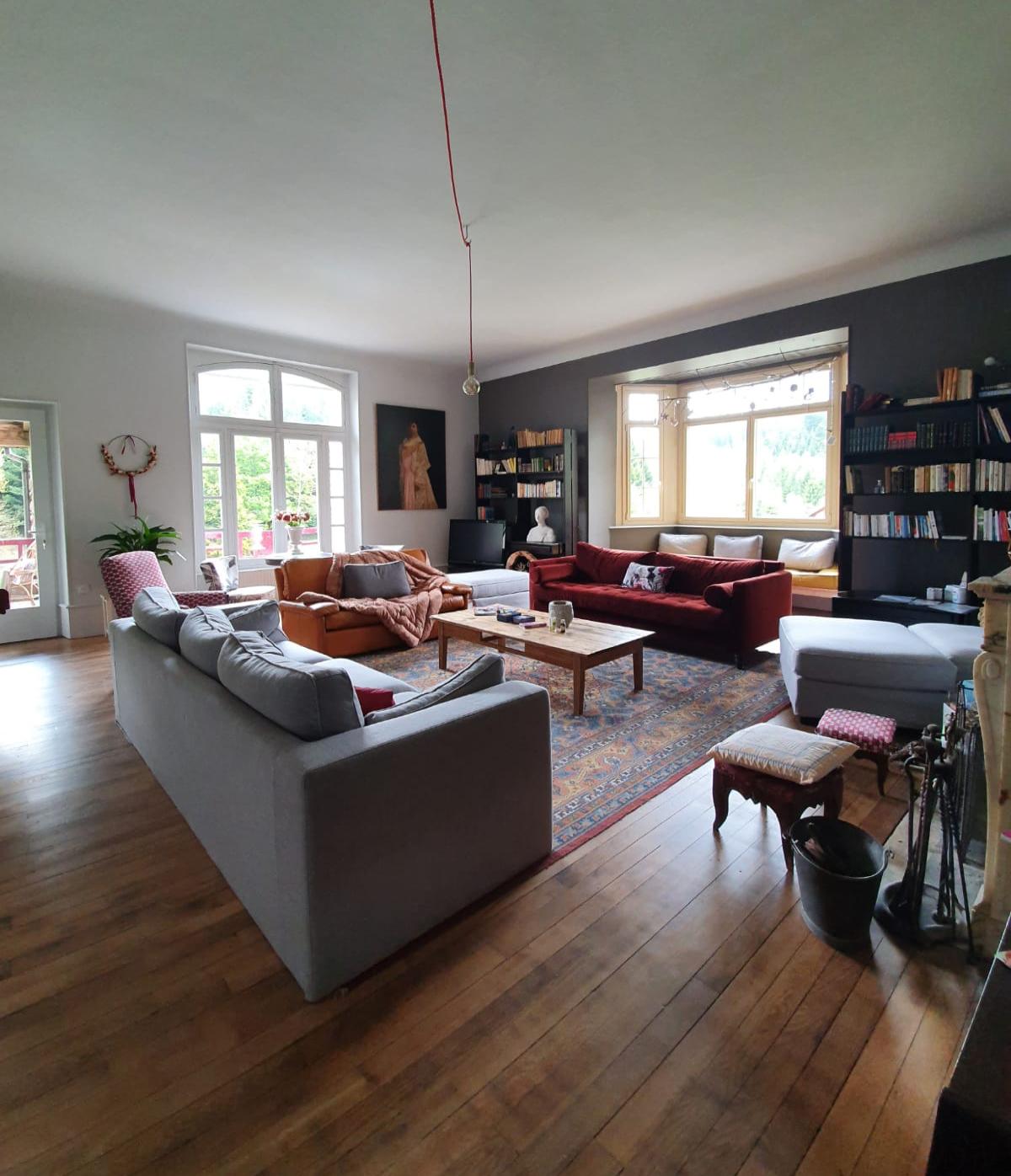 salon avec plusieurs canapés et table basse